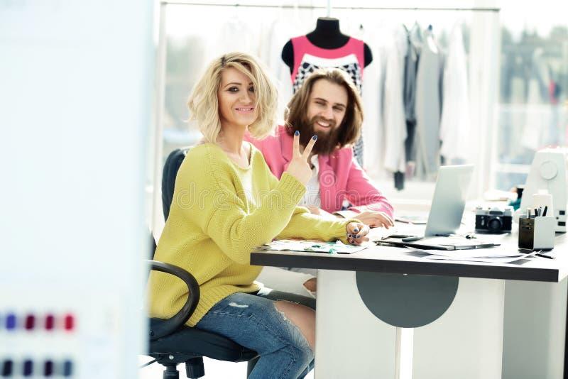 Par av copywriter som sitter på deras skrivbord Foto med kopieringsutrymme arkivfoto