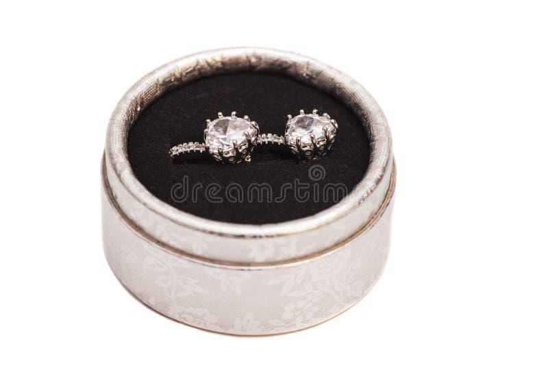 Par av crystal örhängen för diamanten i silver boxas arkivbilder