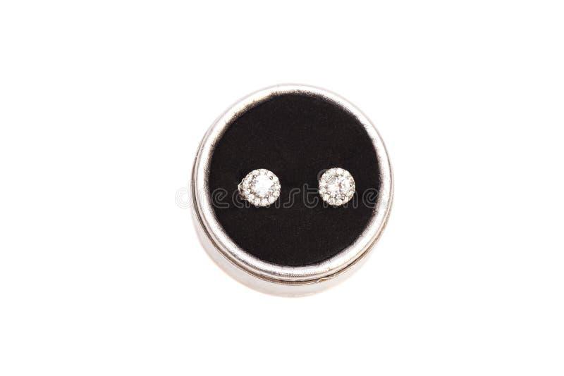 Par av crystal örhängen för diamanten i silver boxas arkivfoto