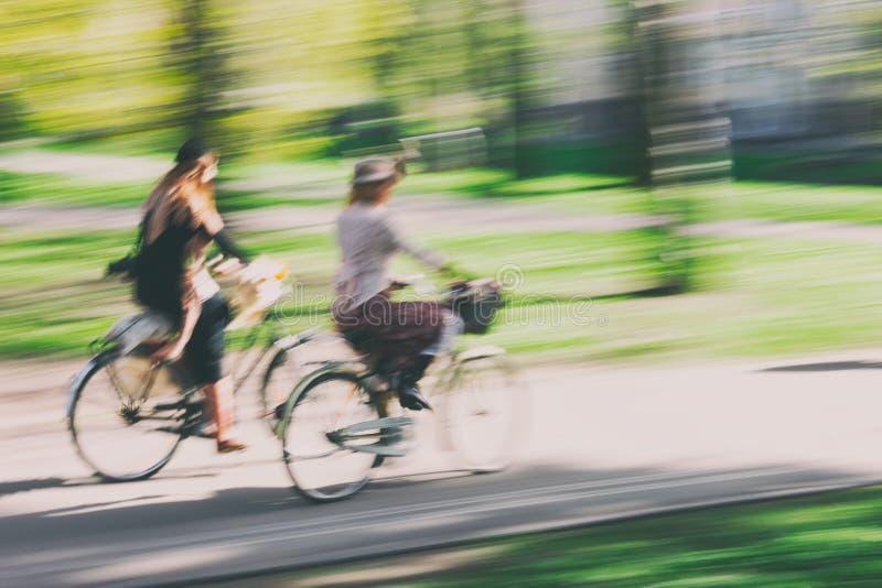 Par av cyklister i retro stil royaltyfria bilder
