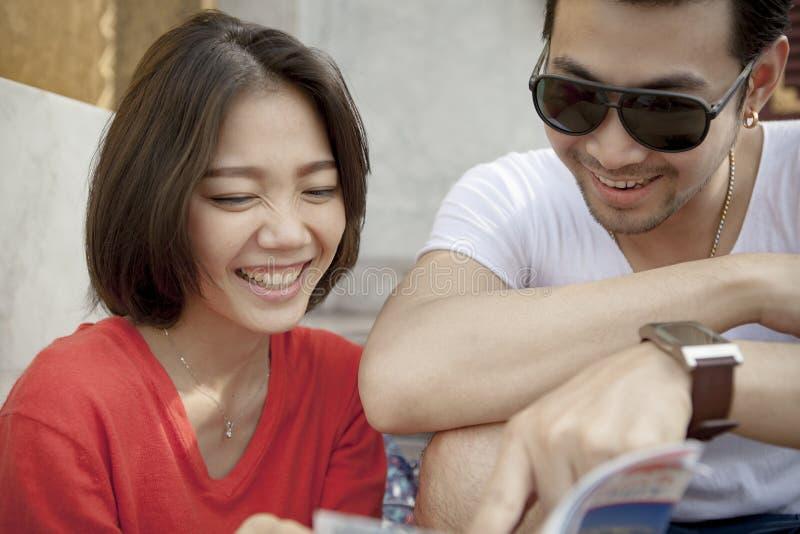 Par av den asiatiska mer unga mannen och kvinnan som skrattar lyckaemotio royaltyfri fotografi