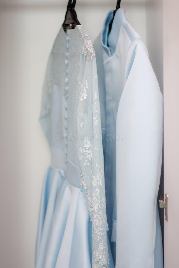 Par av den lyxiga bröllopsklänningen arkivbild