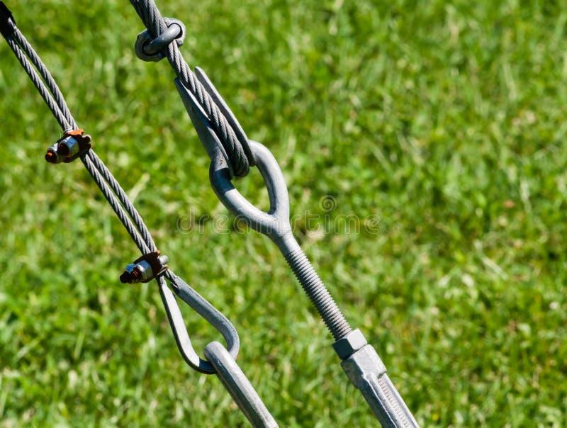 Par av dragna åt metallöglor och kablar royaltyfri bild