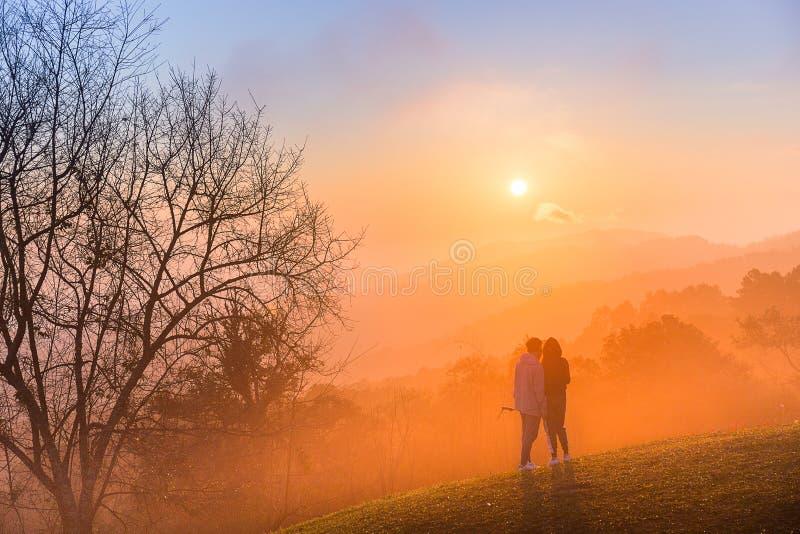 Par av förälskelseselfie med kopplar av rörelse i solnedgångtid på mounta royaltyfria foton