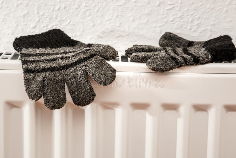 Par av hand stack randiga woolen handskar royaltyfri bild
