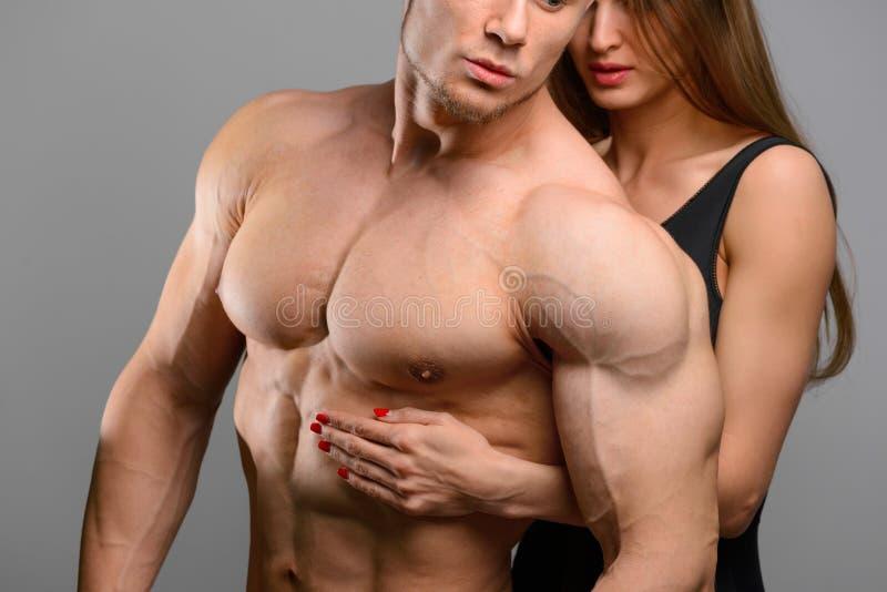 Par av idrottsman nenvänner utan framsidor som poserar på arkivfoton