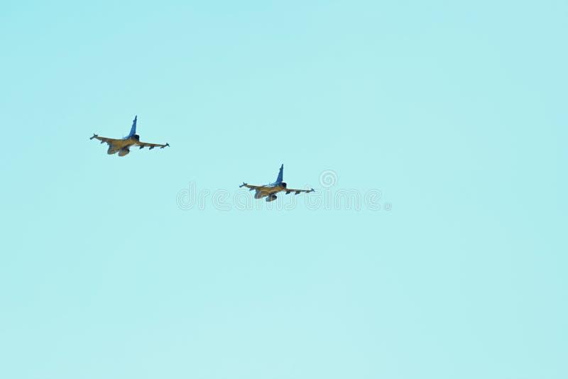 Par av JAS 39 Gripen, en strålkämpenivå i himmel arkivfoton