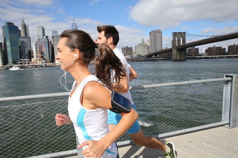 Par av joggers i New York City royaltyfri foto