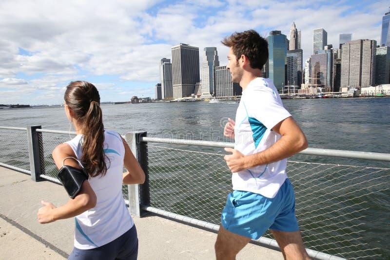 Par av joggers som kör på bron i New York royaltyfri foto