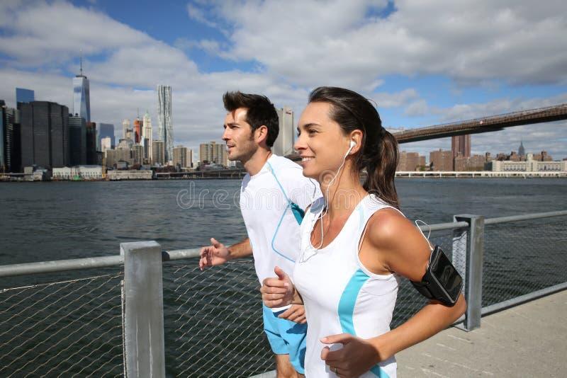 Par av joggers vid Hudson River royaltyfri fotografi