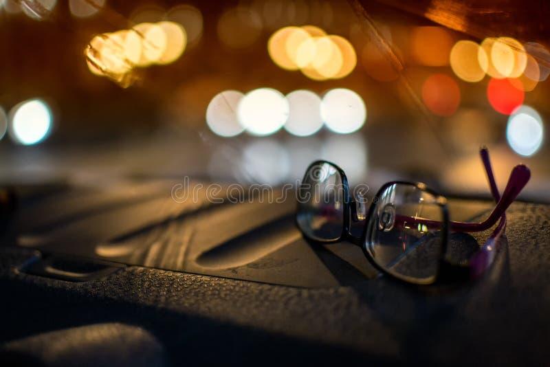 Par av körning av exponeringsglas på natten fotografering för bildbyråer