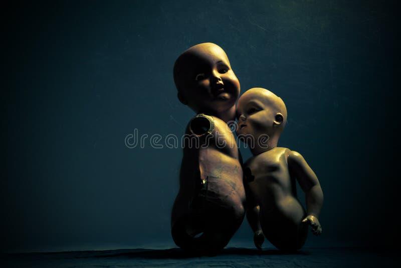 Par av kusliga dockor royaltyfri foto