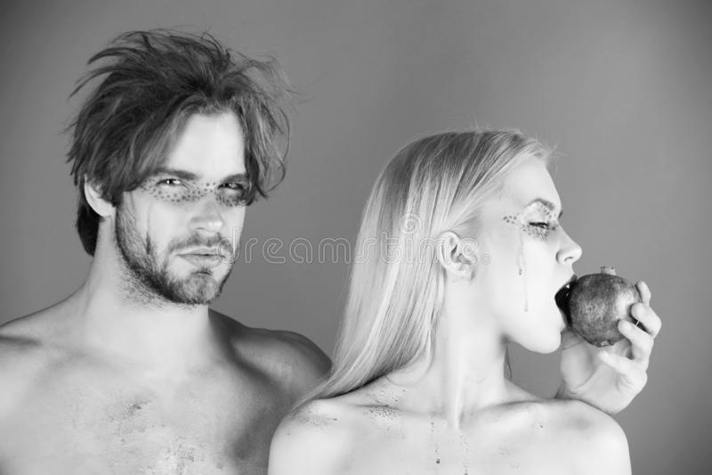 Par av kvinnan och mannen med makeuphållgranatäpplet royaltyfri fotografi
