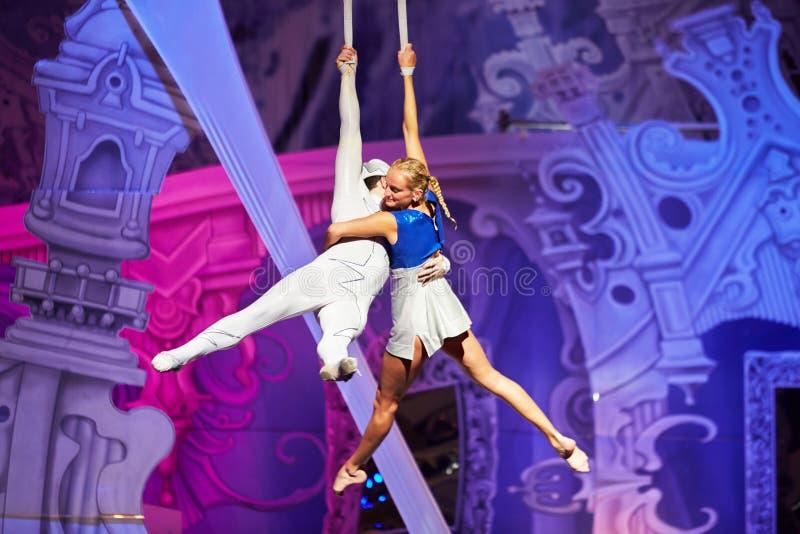 Par av luftgymnaster är över etapp royaltyfria foton