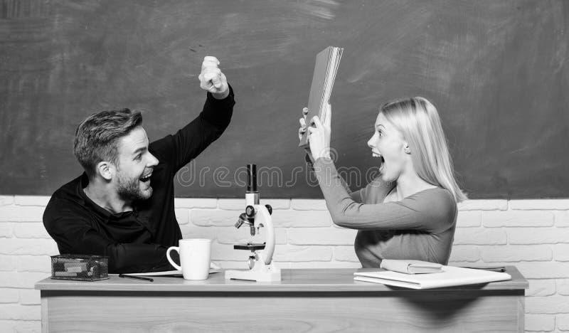 Par av mannen och kvinnan i klassrum Student Life Kurs och svart tavla L?raredag modern skola Deltagaren av den h?ga gruppen f?r  royaltyfri fotografi