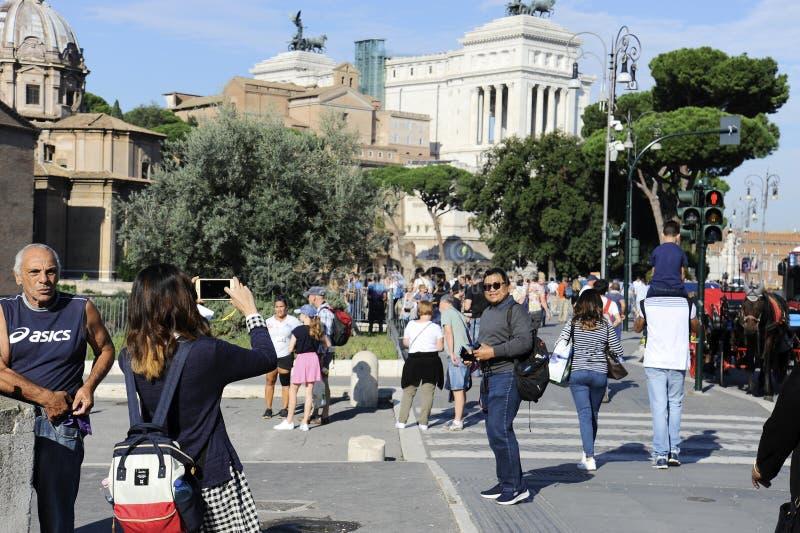 Par av mexikanska turister som tar bilder i gatorna av Rome, nära piazza Venezia Rome, arkivbilder