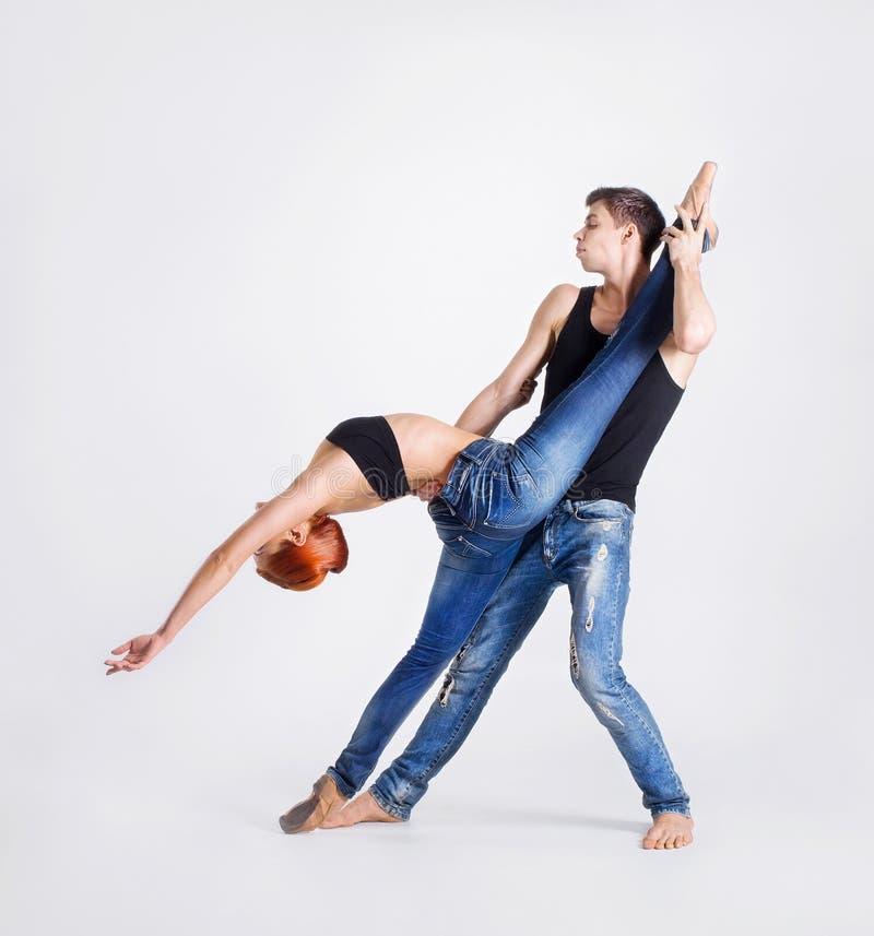Par av moderna balettdansörer som isoleras på vit royaltyfri foto