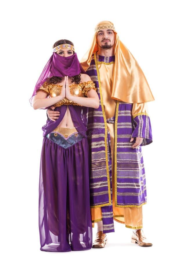 Par av orientaliska dansare som isoleras på vit royaltyfri foto