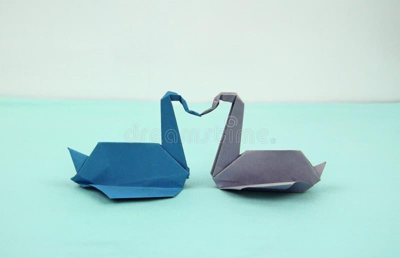 Par av pappers- svanar arkivfoto