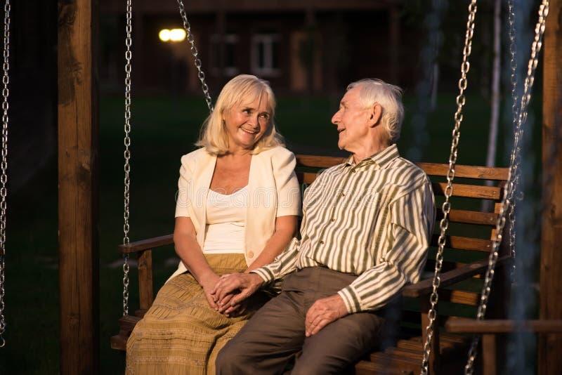 Par av pensionärer, farstubrogunga fotografering för bildbyråer
