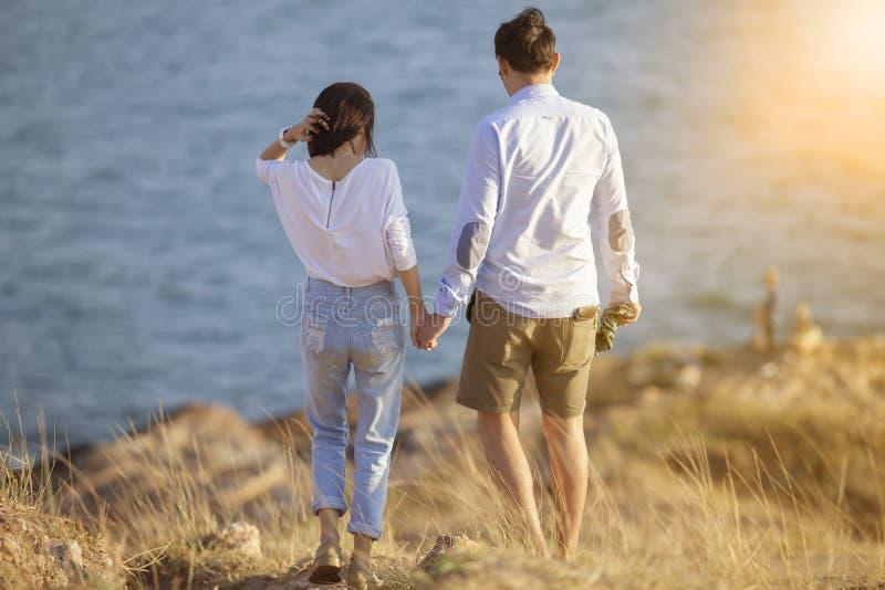 Par av resande och att koppla av för semester för mer ung man och kvinna arkivbild