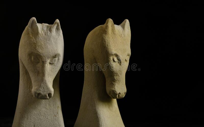 Par av schackhästar som snidas i sten royaltyfri fotografi