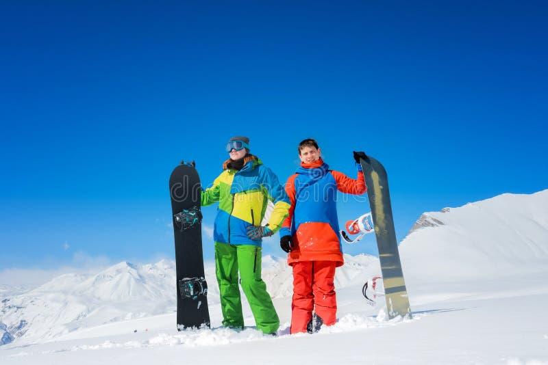 Par av snowboarders en man och en kvinna arkivbild