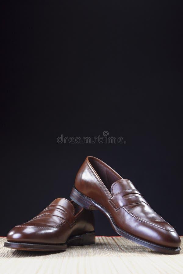 Par av stilfull dyr modern kalvläderbrunt Penny Loafers Shoes Skjuten Closeup arkivfoton