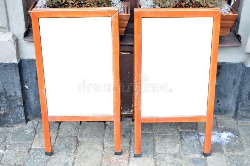 Par av tomma menybräden på gatan royaltyfri fotografi