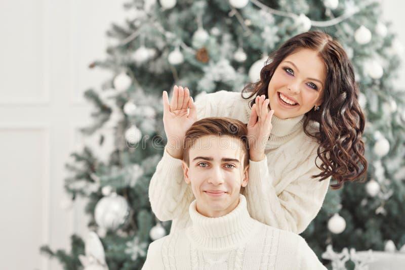 Par av tonåringar på jul royaltyfri fotografi