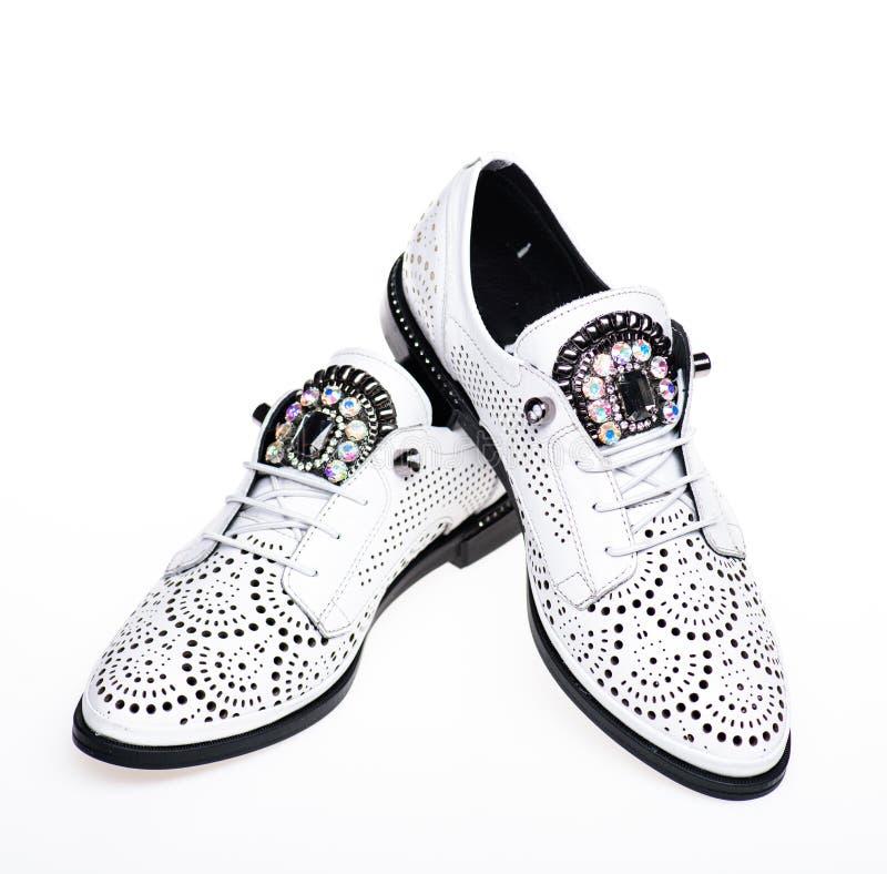 Par av trendiga bekväma oxfordsskor Kvinnligt skodonbegrepp Skodon för kvinnor på lägenheten som är endast med perforering arkivbild