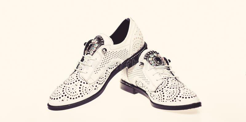 Par av trendiga bekväma oxfordsskor Skor som göras ut ur vitt läder på vit bakgrund som isoleras skodon royaltyfri bild