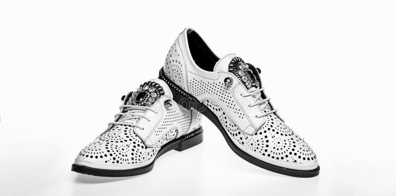 Par av trendiga bekväma oxfordsskor Skor som göras ut ur vitt läder på vit bakgrund som isoleras skodon royaltyfri foto