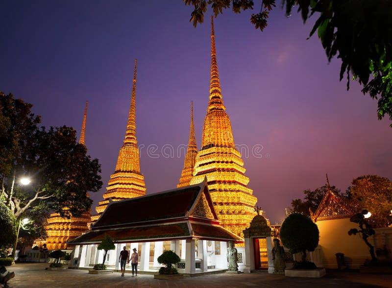 Par av turisten i Wat Pho fotografering för bildbyråer