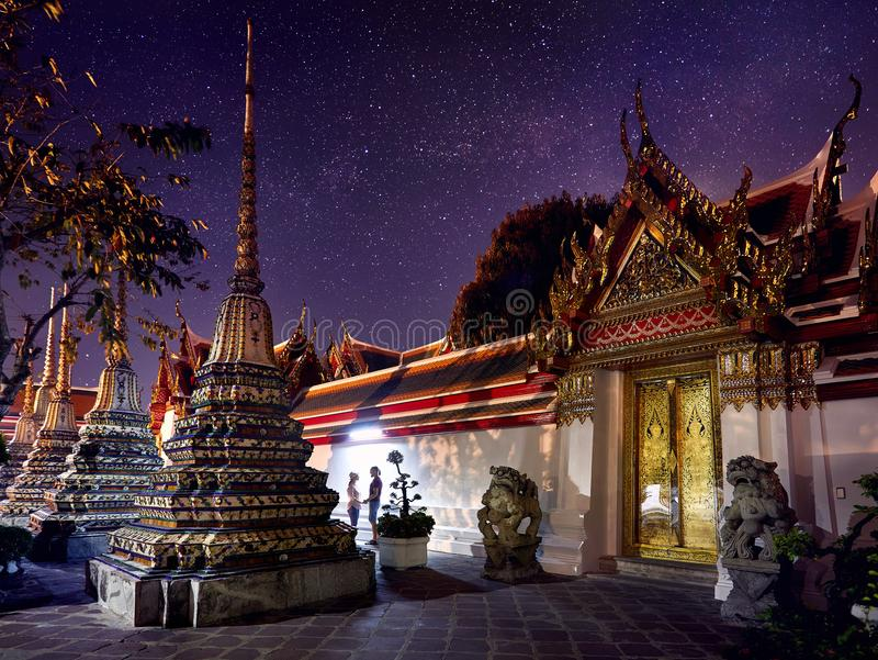 Par av turisten i Wat Pho royaltyfri fotografi