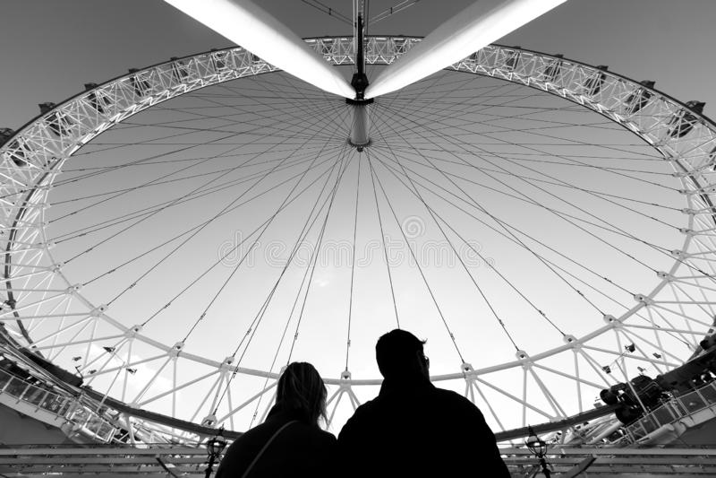 Par av turister som håller ögonen på London att syna royaltyfri fotografi
