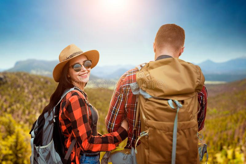 Par av turister som sitter på överkanten av berget arkivfoto