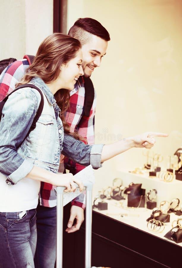 Par av turister som väljer armbandsuret arkivbilder