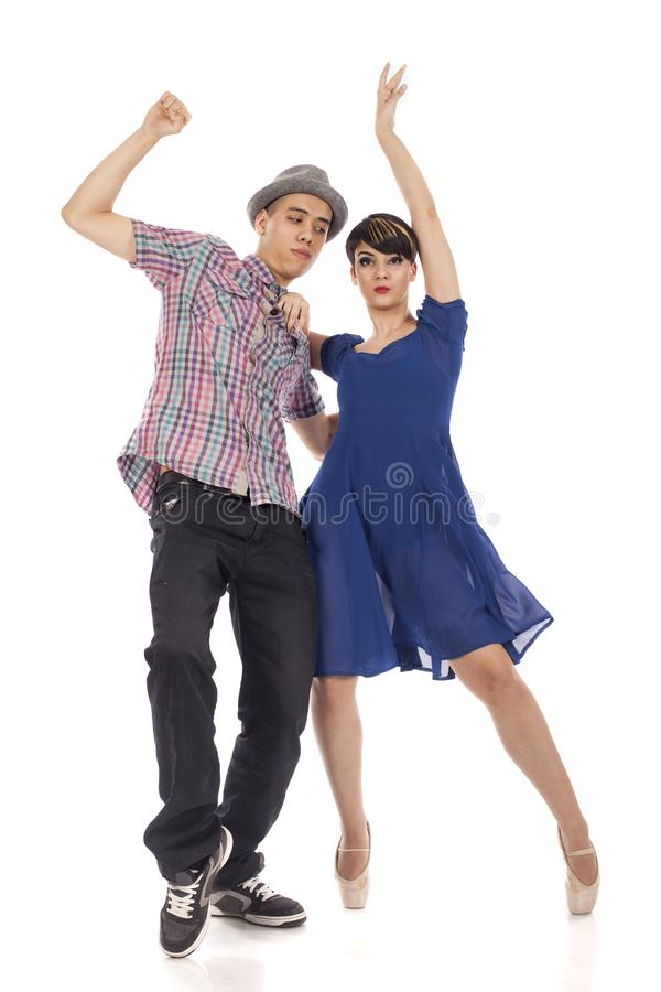 Par av två dansare, kvinna på pointes, man med hatten, på vit bakgrund arkivfoto