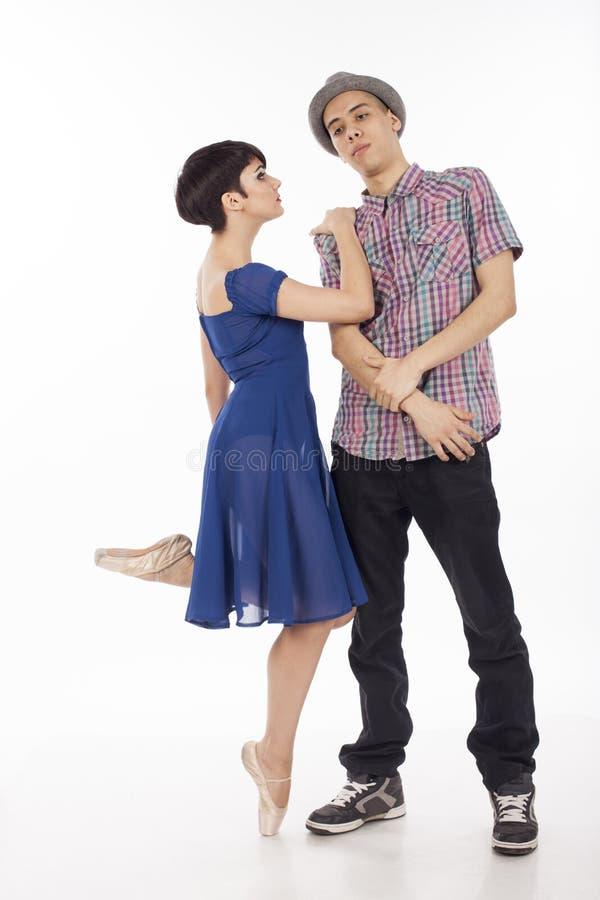 Par av två dansare, kvinna på pointes, man med hatten, på vit bakgrund royaltyfri bild