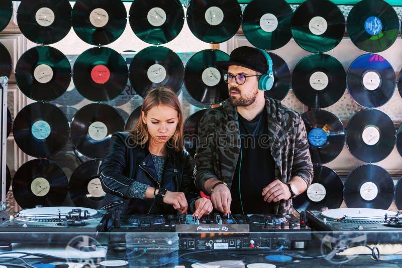 Par av ung discjockey som blandar musik royaltyfria foton