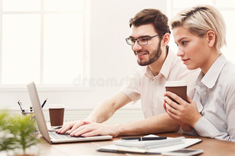 Par av unga affärspartners som arbetar på det moderna kontoret fotografering för bildbyråer