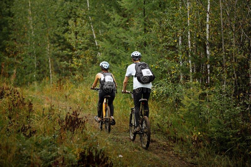Par av unga cyklister arkivbild