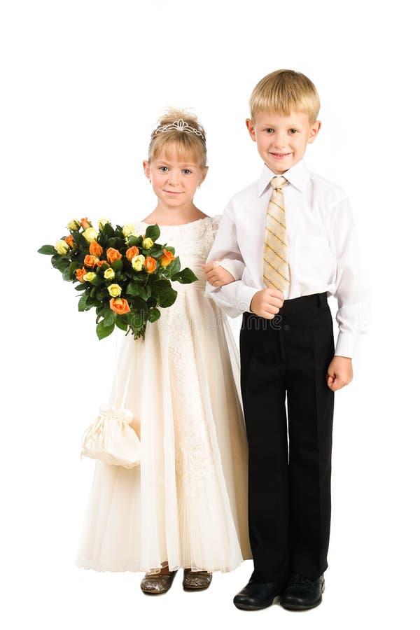 Par av ungar som slitage utsmyckad dress med buketten royaltyfri bild