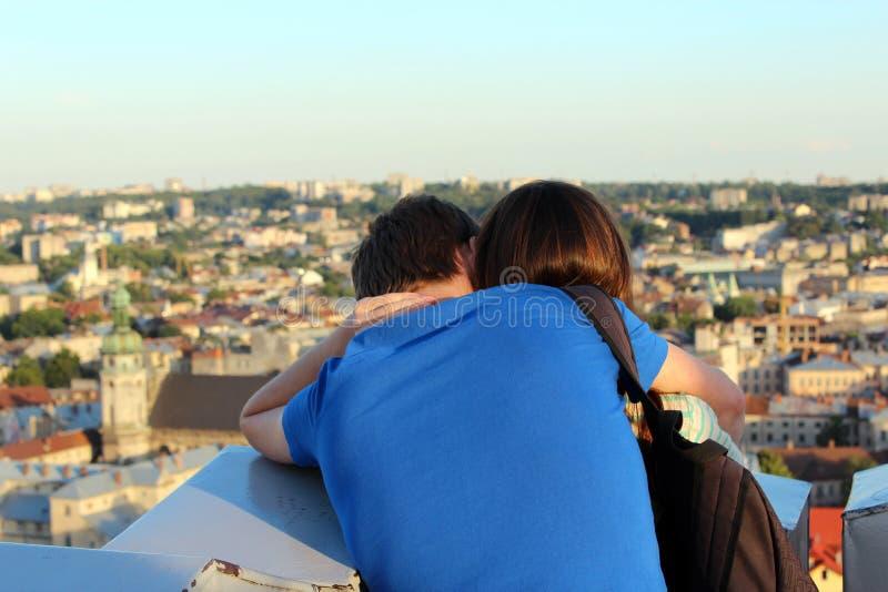 Par av ungt förälskat folk arkivbild