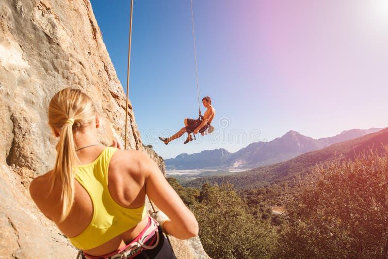 Par av vaggar klättrare belägger på repet arkivfoto