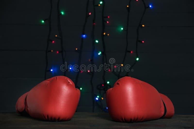 Par de luvas de boxe vermelhas, terra festiva sobre fundo Boxing Day fotografia de stock royalty free