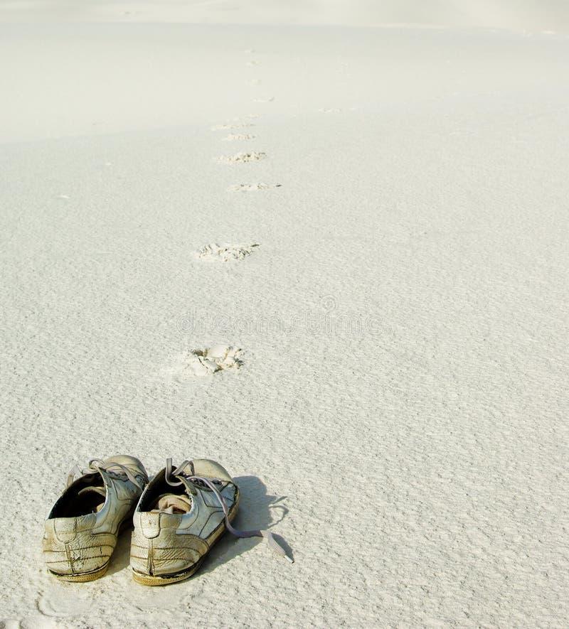 Par de sapatos na areia fotos de stock royalty free