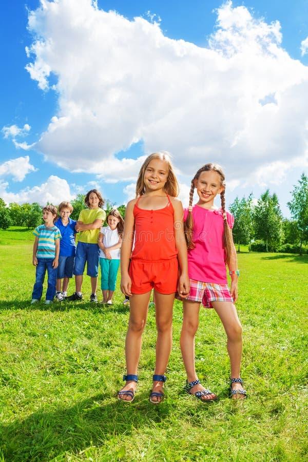 Par dziewczyny i grupa przyjaciele obrazy royalty free