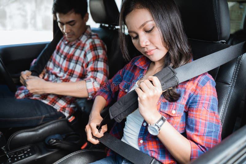 Par fäster bilbältet, på innan de passerar bilen fotografering för bildbyråer